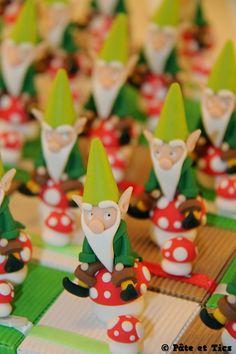 Boîtes à chocolats/dragées lutins assis sur leurs champignons