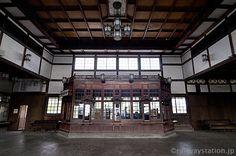 大社駅、待合室内部と木造の出札口