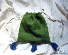Limosnera confeccionada en paño de lana color verde claro, con borlas de lana en color azul. Forro interior de lino color blanco - Lúa Media Indumentaria Histórica.