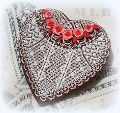 Ma petite boulangerie :): biscuits de coeur en dentelle avec des roses APRIL FOR BLACK BOARD, WHITE LACE LTTLE ROSES OR DOILES CUT OUT AND PASTED ON BLACK BOARD OVER BED??