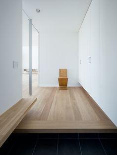 ベンチのある玄関の風景 House Entrance, Entrance Hall, Underground Homes, Japanese House, Japanese Interior, Mopar, White Walls, Ideal Home, Entryway