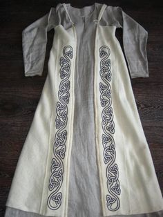 An idea for a remade Medieval dress. Costume Viking, Viking Garb, Viking Reenactment, Viking Dress, Medieval Costume, Medieval Dress, Celtic Clothing, Medieval Clothing, Historical Costume