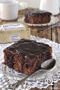 Σαν παιδιάμε τον μικρότερο αδελφό μου είχαμε τις διαφορές μας και τις διαφωνίες μας. Συμφωνούσαμε, όμως, απόλυτα σε κάτι. Το πιο αγαπημένο μας κέικ απ' όσα έφτιαχνε η μαμά ήταν το σοκολατένι… Sweets Recipes, Fun Desserts, Cake Recipes, Cooking Recipes, Cake Cookies, Cupcake Cakes, Greek Cake, Sweet Breakfast, Sweet And Salty
