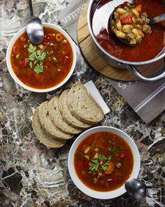 Gulyasleves – węgierska zupa gulaszowa | Karo in the Kitchen Palak Paneer, Chana Masala, Chili, Good Food, Ethnic Recipes, Kitchen, Hungary, Tat, Foods