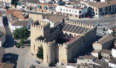 Los 66 castillos más bonitos de Castilla-La Mancha – Tourismaniac Patio Grande, Spanish, House Styles, Travel, Walls, Castle Doors, 14th Century, Mansions, Monuments
