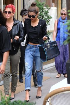 Selena Gomez shows how to pull off casual chic in the very best way - love this outfit 👠 Stylish outfit ideas for women who love fashion! Pantalones Boyfriend, Boyfriend Jeans, Mode Outfits, Casual Outfits, Fashion Outfits, Selena Gomez Outfits Casual, Normcore Fashion, Look Fashion, Autumn Fashion