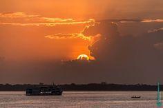 Pôr do sol na Baía do Guajará e rio Guamá Belém - Pará Brasil. #belem #para #pa #photography #nature #guajara #bay #light #sunset #dusk #twilight #cloud #sky #mmorenofoto #art #river #guama #boat