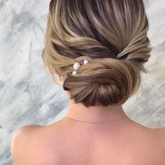 Get inspired with 80 amazing bridal hairstyle ideas for your wedding day wedding weddinghairstyles weddinghair bridalhair hairstyles hair bridalbeauty hairstyleideas hairupdo bridalupdo hairbun hairtutorials hairvideos Bridesmaid Hair, Prom Hair, Bridesmaids Updos, Medium Hair Styles, Curly Hair Styles, Updos For Medium Length Hair, Hair Medium, Bridal Hair Buns, Bridal Hair Updo Elegant