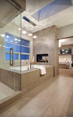 salle de bain en beige et blanc, fenetre de salle de bain, lustre salle de bain design avec 4 spots