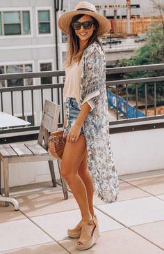 Fellow trend lovers, I am here to show you some kimono outfits for the warm weather!You can't really go wrong with a good kimono because they can be. Wedges Outfit, Boho Chic, Bohemian Mode, Boho Fashion Summer, Look Fashion, Fashion Tips, Fashion Boots, Mens Fashion, Boho Outfits