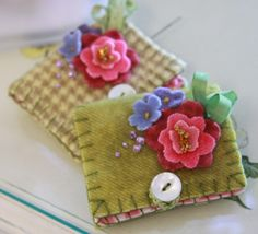 Link to needle book with bleeding hearts and lavender embellishments. Felt Crafts, Fabric Crafts, Sewing Crafts, Sewing Projects, Sewing Kits, Needle Case, Needle Book, Needle Felting, Felt Embroidery