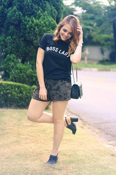 Look short bordado, camiseta com frase Boss Lady, salto com tachas, bolsa preta Chanel.