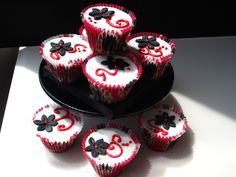 Black White and Red Cupcakes - Found these cupcake cases in Ikea....was a bit disappointed with the shap. I wanted the cupcakes to be tall, but my UK muffin tin didn't accomodate these Sweedish cases. Any ideas of how I could have kept the tall shape?