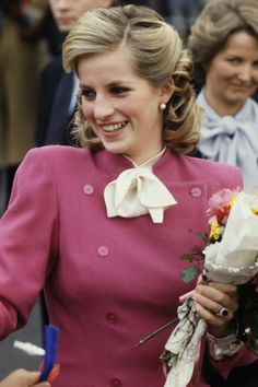 Diana Anniversary : With flowers 💐🌸 -August . Photo : Princess Diana of Wales visits Children's Home in Ealing in London , England 🏩 -November . Her lovely smile 😊💕❤. Princess Diana Fashion, Princess Diana Photos, Princess Diana Family, Real Princess, Princess Diana Wedding, Princess Diana Hairstyles, Lady Diana Spencer, Great Hairstyles, My Hairstyle