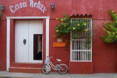 Dicas+Para+Cartagena Cartagena  das Índias é uma cidade rica em história, cultura e cheia de mistérios. Todo o desenvolvimento comercial começou ali, assim como os primeiros passos para a abolição da escravatura. A cidade lutou muito para salvar seu ouro e prata dos navios piratas. Todas as ruas com suas casas cercadas pelas muralhas  que têm 11 km de comprimento e 166 ruelas  carregam o peso da história, da guerra, da violência e do racismo.
