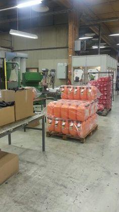 Uudet oranssit bensakanisterit valmistuvat