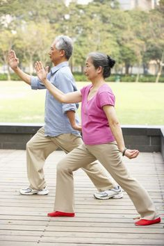 Qigong or Qi Gong (also Chi Kung) Kettlebell Training, Cardio Training, Fitness Senior, Sport Fitness, Benefits Of Tai Chi, Tai Chi Movements, Yoga Gurt, Tai Chi Moves, Tai Chi For Beginners