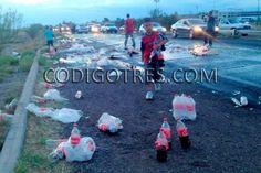 <p>Delicias, Chih.- Decenas de refrescos quedaron tirados y una gran cantidad de vidrios esparcidos en la carretera federal Delicias-Saucillo, luego de que