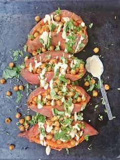Ruokakonttuuri: Baked sweet potatoes with chickpeas and tahini dressing