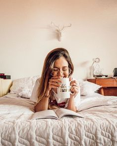 idea portrait photography in home Creative Photoshoot Ideas, Creative Instagram Photo Ideas, Ideas For Instagram Photos, Instagram Pose, Insta Photo Ideas, Model Poses Photography, Bedroom Photography, Portrait Photography Poses, Tmblr Girl