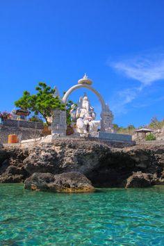 Hindoe tempel op een eiland vlak bij bali