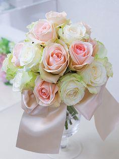 淡いピンクとピュアな白で愛らしい表情に    あえてグリーンを入れずに、端正な大輪のバラでふんわりとした印象に。まろやかな白とパステル調のピンクのコンビネーションは、誰からも愛される、大人可愛い花嫁にぴったり。※バラ(アバランチェ、クリアオーシャン)