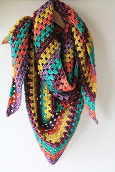 This Granny shawl is warm, snuggly and colourful! You can find the free pattern on haakmaarraak.nl.