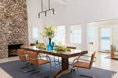 This stunning new Shelter Island house belongs to Knoll CEO Andrew Cogan. The design objective of the team of architect Michael Haverland and interior designer Philip Galanes was to emphasize the. Beach Dining Room, Dining Room Design, Dining Area, Dining Chairs, Room Chairs, Dining Table, Luz Natural, Shelter Island Ny, Bright Dining Rooms