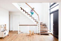 Aufgesattelte Treppe mit VSG-Glasgeländer Home Stairs Design, House Stairs, Home Reno, Stairways, Sweet Home, Modern, Reno Ideas, Decor, Kitchens