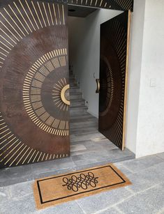 This door was designed by Caro Holste. Several artist friends participated in this artwork. Single Door Design, Main Door Design, Room Door Design, Wooden Door Design, Wooden Door Hangers, Wooden Doors, Front Gate Design, Modern Front Door, Single Doors