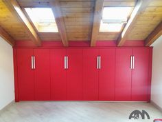 Un armadio sottotetto è sempre una doppia risorsa: arreda e contiene recuperando spazi scomodi.