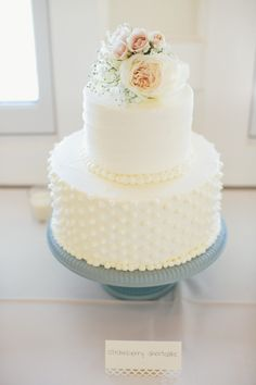 the prettiest little white wedding cake Photography: Taylor Rae Photography