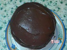 Panettone ricoperto con ganache al cioccolato farcito con panna e granella di mandorle  http://www.lacuocavalentina.it/2014/01/panettone-ricoperto-con-ganache-al-cioccolato-farcito-con-panna-e-granella-di-mandorle/