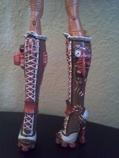 Bottes moto Monster haute Robecca vapeur personnalisé repeinte poupée. Ces bottes ont été tous détails peints à la main avec des peintures