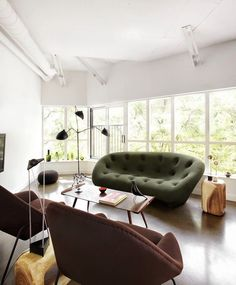 salon icone design vert kaki parquet lampadaire serge mouille Serge Mouille, Deco Retro, Ligne Roset, Around The Corner, Decoration, Bean Bag Chair, House, Furniture, Home Decor