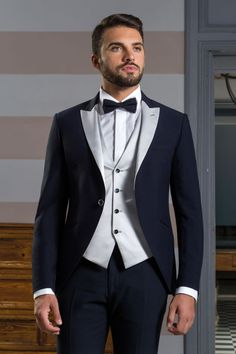 f0987d0a3da4 Smoking da sposo blu giacca stondata con revers e gilet grigio argento