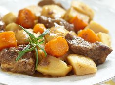 Here's a traditional beef stew recipe that's an easy week night dinner and can be made in your slow-cooker. Slow Cooker Beef, Slow Cooker Recipes, Beef Recipes, Crockpot Ideas, Traditional Beef Stew Recipe, Old Fashioned Beef Stew, Soups And Stews, Casserole Recipes, Food Dishes