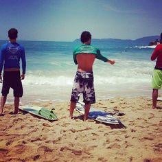 Os atletas se preparam para entrar na água