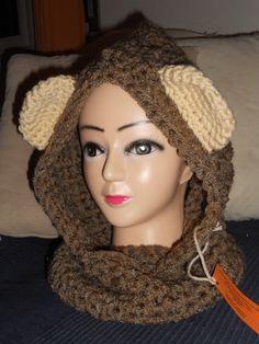 Cappuccio scaldacollo color marrone con orecchie panna realizzato all'uncinetto