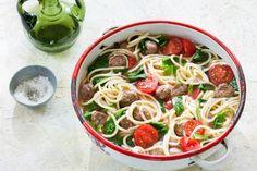 Spaghetti met spinazie, gehaktballetjes en tomaat ( ik zou de spinazie pas later met de tomaatjes er door doen)