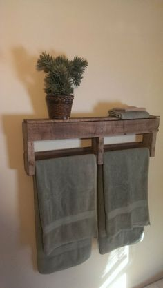 Bathroom Storage Ideas - The majority of us have small bathrooms where there's small area to put furniture pieces or make any huge makeovers. Save money and area with these DIY rustic bathroom storage ideas! Pallet Shelves, Rustic Bathroom, Towel Rack Bathroom, Rustic Diy, Home Diy, Pallet Diy, Diy Furniture, Wood Projects, Rustic Decor