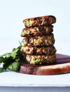 'Veggiedeller med feta og soltørret tomat' fra den nye bog her. Greek Recipes, Veggie Recipes, Vegetarian Recipes, Healthy Recipes, Healthy Food, Veggie Dinner, Food Crush, Spring Recipes, Vegetable Dishes