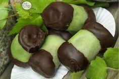 Zöld marcipánba göngyölt csokimázas puncsrolád