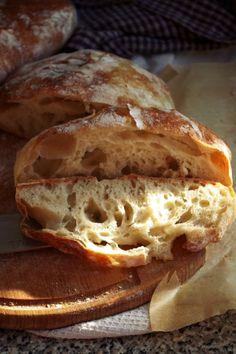 Вкусный и красивый хлеб, кусочек так и просится в духовку подрумяниться, а потом натереться ароматным чесноком, укрыться печеным перцем, сладким помидором и листиком ароматного базилика и... Ничего такого я не делала, мы ели этот хлеб самым банальным образом, со всем, что подвернется под руку…