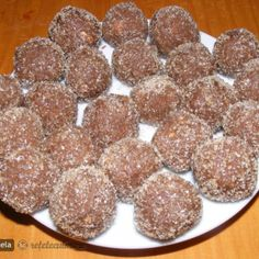 Bomboane cu Visine din Visinata Dog Food Recipes, Vegan Recipes, Eastern European Recipes, Romanian Food, Cheesecakes, Biscotti, Gingerbread Cookies, Deserts, Food And Drink