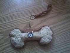 garen 2 verschillende kleuren  haaknaald nr 2  grote knoop  musketonhaak  ijzeren ring     hondenkoekvorm ( 2 x haken)  haak 27 lossen  haak...