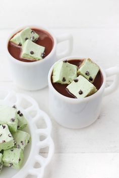 New addiction- Mint chocolate chip marshmallows! I whipped up two batches and will be making more for gifts. Click through to see how easy they are to make. I enjoyed mine with creamy @indelight hot chocolate.