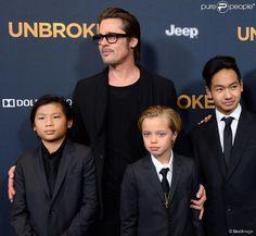 """Shiloh, Maddox et Pax Jolie-Pitt avec leur père à la première du film """"Unbroken"""" à Hollywood, le 15 décembre 2014."""