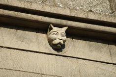 Katzenhasser und Katzenliebhaber im Mittelalter Die schlimmsten Katzenverfolgungen fingen mit dem Spätmittelalter an, als der Hexenhammer geschrieben wurde. Sie wurden regelrecht dämonisiert und für alles verantwortlich gemacht. Sei es bei Krankheiten, Unheil oder auch nur wenn jemand Sympathie gegenüber Katzen hatte. Derjenige wurde dann gleich zusammen mit der Katze auf den Scheiterhaufen verbrannt. Man mutmasst das es damit zutun hatte, […]