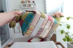 DIY con el Paso a paso para hacer un bolso de tela Patchwork. Tutorial gráfico completo de costura para hacer este precioso bolso Patchwork. Puedes utilizar retales o restos de otras labores para reciclar y confeccionar el bolso. Terminado!!! Fuente: http://www.handmadiya.com Bolso vaquero reciclando un pantalón jeansBolso para la playaComo hacer un bolso en el arte del origamiComo hacer …